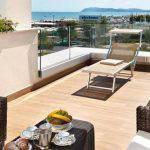 terrazza con lettini e vista mare